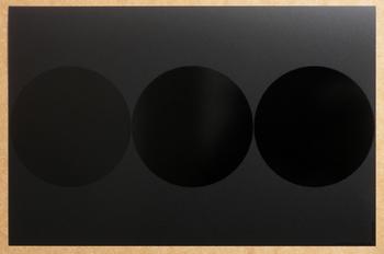 Cible Noir Noir. <BR><I>Cible Black Black.</I>