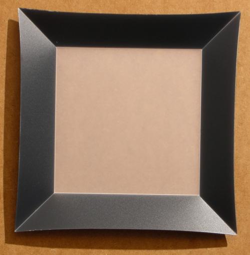 Assiette Bordure Noir <BR><I>Plate Burgundy Frame</I>