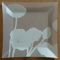 Assiette Pavots Trans. Blanc. <BR><I>Plate Pavots Clear White.</I>